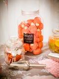 La guimauve de fraise dans le verre photo stock