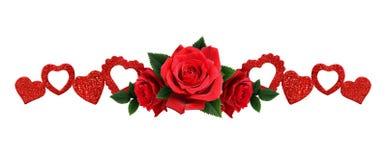 La guirlande avec les coeurs de scintillement et la rose de rouge fleurit Photo stock