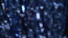 La guirlande bleu-foncé abstraite de Noël s'allume sous forme de fond trouble de bokeh de coeurs clips vidéos