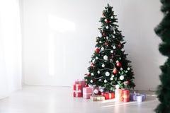 La guirlande d'arbre de Noël allume le décor à la maison blanc de cadeaux de nouvelle année images libres de droits