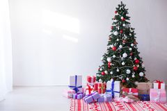 La guirlande d'arbre de Noël allume le décor à la maison blanc de cadeaux de nouvelle année photographie stock libre de droits
