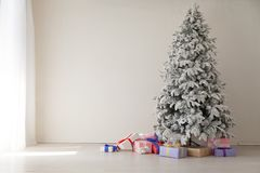 La guirlande d'arbre de Noël allume le décor à la maison blanc de cadeaux de nouvelle année image libre de droits
