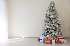 La guirlande d'arbre de Noël d'hiver allume le décor à la maison blanc de cadeaux de nouvelle année image stock