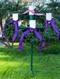 La guirlande d'avènement à la cathédrale du Christ dans le verger de jardin, la Californie image stock