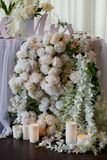La guirlande de fleur des roses en forme de pin pend de la table Décoration de mariage, floristry photographie stock libre de droits