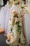 La guirlande de fleur des roses en forme de pin pend de la table Décoration de mariage, floristry images libres de droits