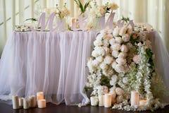 La guirlande de fleur des roses en forme de pin pend de la table Décoration de mariage, floristry images stock