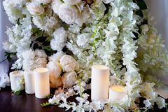 La guirlande de fleur des roses en forme de pin pend de la table Décoration de mariage, floristry photo libre de droits
