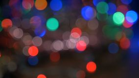 La guirlande de Noël clignote avec les lumières colorées Beau fond brouillé banque de vidéos