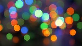 La guirlande de Noël clignote avec les lumières colorées Beau fond brouillé Mouvement de l'appareil-photo autour du banque de vidéos