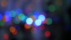 La guirlande de Noël clignote avec les lumières colorées Beau fond brouillé Mouvement de l'appareil-photo autour du clips vidéos