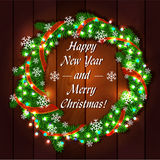 La guirlande de Noël du sapin s'embranche sur un en bois Photos stock