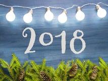 La guirlande de Noël s'allume sur le fond en bois dans le ton bleu Image libre de droits