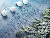La guirlande de Noël s'allume sur le fond en bois dans le ton bleu Images stock