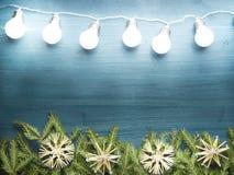 La guirlande de Noël s'allume sur le fond en bois dans le ton bleu Images libres de droits