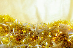 La guirlande de vacances de Noël allume le fond rougeoyant abstrait Photo libre de droits