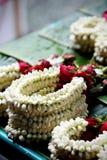 La guirlande ont le jasmin et se sont levées au marché en plein air Image libre de droits
