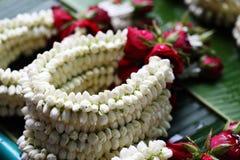 La guirlande ont le jasmin et se sont levées au marché en plein air Photo libre de droits