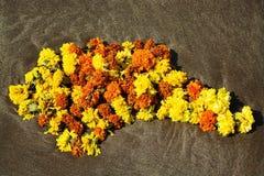 La guirlande religieuse indienne se trouve sur le sable image stock