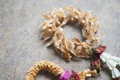 La guirlande sèche avec des roses couronnent la fleur et le jasmin Images stock