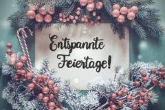 La guirnalda, caligrafía Entspannte Feiertage significa Feliz Navidad fotografía de archivo libre de regalías