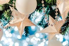 La guirnalda de la estrella de la tarjeta de Navidad, el azul y la decoración de plata de Navidad copian el espacio Feliz Navidad imagen de archivo libre de regalías