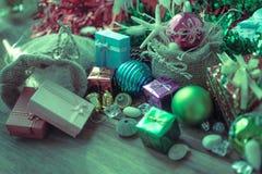 La guirnalda de la Navidad y del Año Nuevo en fondo de madera rústico con el espacio de la copia, estilo retro entonó la imagen Imagen de archivo