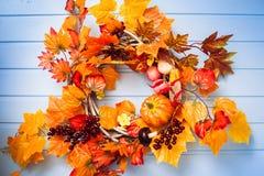 La guirnalda de mimbre adornó las hojas anaranjadas, verduras del otoño Imagenes de archivo