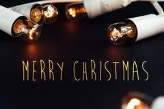 La guirnalda de oro del vintage de la Navidad hermosa asombrosa se enciende en pocilga Imagenes de archivo