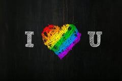 La guirnalda del corazón de las tarjetas del día de San Valentín del amor en orgullo del arco iris colorea el backg oscuro Fotos de archivo