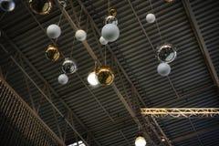 la guirnalda del techo del oro de los orbes enciende el marco Imágenes de archivo libres de regalías