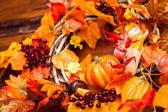 La guirnalda tejida adornó las hojas, las bayas del otoño y el vegetab anaranjados Fotografía de archivo libre de regalías