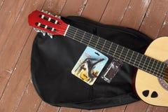 La guitare classique, cas, capo, clé, sélections a placé le fond en bois images libres de droits