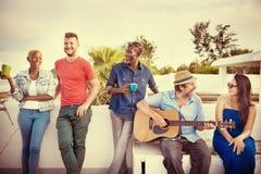 La guitare d'unité d'amitié heureuse apprécient le concept Photo libre de droits