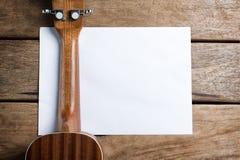 La guitare est au-dessus du livre blanc images libres de droits