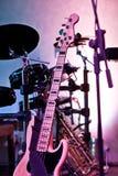 La guitare est une boîte de nuit sur le support Photos libres de droits
