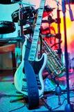 La guitare est une boîte de nuit sur le support Photo libre de droits
