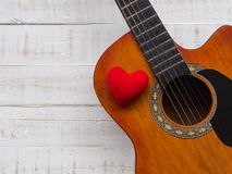 La guitare et le coeur rouge sur le fond en bois blanc de texture Lov Photo stock