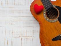 La guitare et le coeur rouge sur le fond en bois blanc de texture Lov Images libres de droits