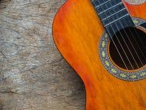 La guitare sur le fond en bois de texture Amour, concept de jour de musique Image libre de droits