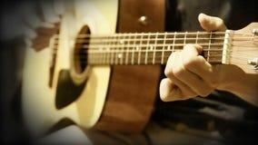 La guitarra acústica ata práctica del entrenamiento del acorde metrajes