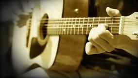 La guitarra acústica ata práctica del entrenamiento del acorde almacen de video