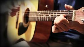 La guitarra acústica ata práctica del entrenamiento del acorde almacen de metraje de vídeo