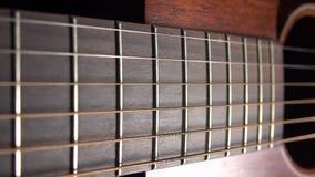 La guitarra acústica parte el tiro macro del carro 4K almacen de video