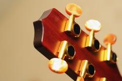 La guitarra afina al detalle Foto de archivo libre de regalías