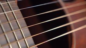 La guitarra clásica parte el tiro macro del carro 4K metrajes