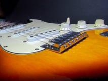La guitarra eléctrica clásica del color del marrón oscuro con blanco inserta los detalles del cromo y las secuencias del hierro foto de archivo