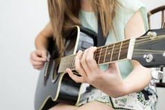 La guitarra practica Imágenes de archivo libres de regalías