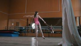 La gymnaste de fille danse avec le fouet - exécutez l'exercice de cirque - vidéo avec le bruit clips vidéos