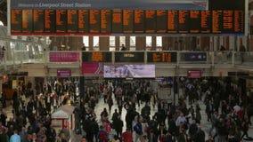 La hâte et le mouvement du matin permutent dans la station de rue de Liverpool, Londres, Angleterre, R-U - tir de téléobjectif banque de vidéos
